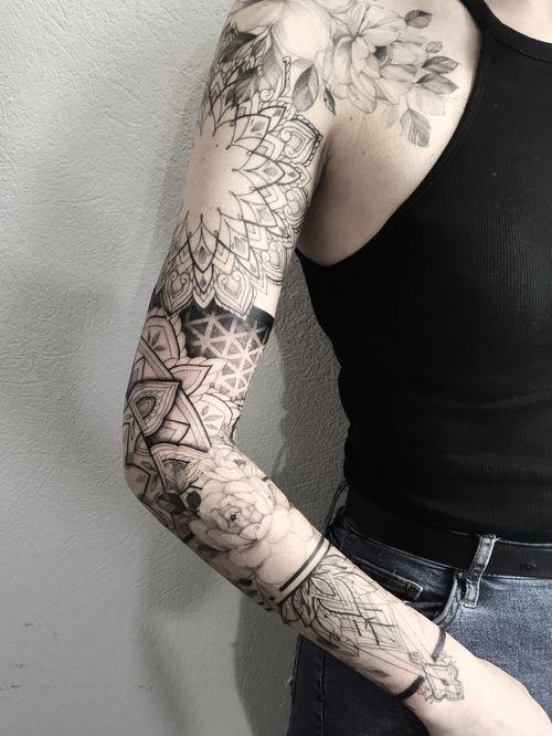 #flowers #flowertattoo #geometrictattoo #geometry #sleeve #fineline #finelinetattoo #girl #girlytattoo #blackwork #dotworktattoo
