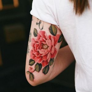 Red peony on the back of the arm #tattoo #norigaetattoo #fantattoo #peonytattoo #colortattoo #flowertattoo #tattooistsion