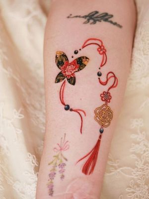Rose norigae intertwined with butterfly and red strings #tattoo #norigaetattoo #fantattoo #peonytattoo #colortattoo #flowertattoo #tattooistsion