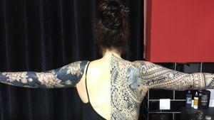 @westend.tattoo_wien #wientattoo #tattoovienna #legtattoo #maoritattoo #tribaltattoo #polynesiantattoo #blacklinetattoo #hibiscustattoo #fullarmtattoo #backtattoo #rosetattoo