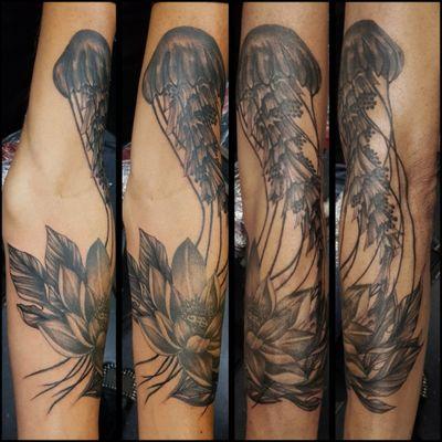 Fun adding to this one year old lotus flower #tattoo #tattooartist #lotusflower #lotustattoo #jellyfish #linework #leavestattoo #seacreature #berlintattoo