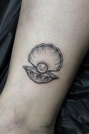 Little oyster 🖤 #dotwork#blackwork#shell#pearl#oyster#london#londontattoo#londontattooist#londontattooartist#uk#dotworkers#blackworkers