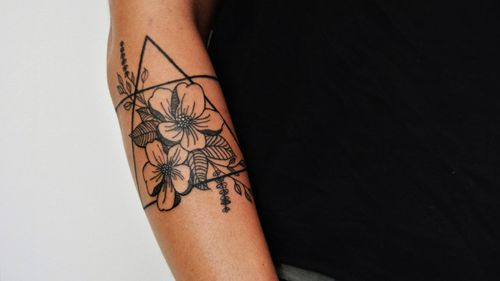 Sunday, funday!🖤 #flowertattoo #prettyflower #floraltattoo #triangletattoo #blackworktattoos #blacktattoo #practice #learning #learningtotattoo #everythingpossible  #tattoos #tattoolifestyle  #tattoonewbie #ink #inked #inkedgirls #daretochange #daretobedifferent #workingheroes #beginnertattooartist #tattooedgirls #tattooworkers #inkstagram #tattoosession #tattoodo #myinkprints2019
