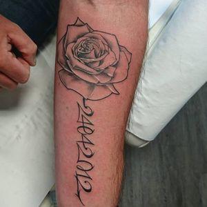 #rosetattoo #linetattoo #lineart #tattoo #tatouage #tatouaje #chopchop #chop #cheyennetattoo #sorrymummy #kbx #blackandgreytattoo #bzhtattoo #tattoochopshop #quiberon #familytattoo #tattoonoiretgris #