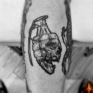Nº908.2 !!! #tattoo #tattooed #ink #inked #boyswithtattoos #fraggranade #fraggranadetattoo #skull #skulltattoo #blackwork #blackworktattoo #stencilstuff #dynamiccolor #dynamiccolorco #dynamicink #fkirons #spektrahalo2 #bylazlodasilva