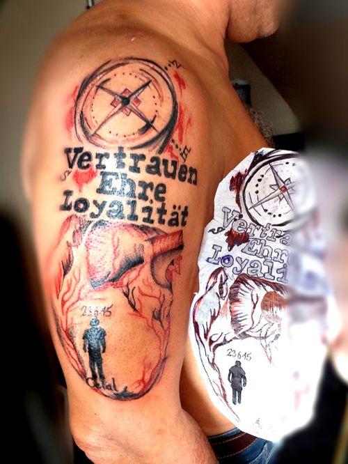 #erinnerung #vater #tod #ganginslicht #germantattooer#natur #tattoodo #tattooapp #bookingnow #artist#follow #tattoodopro #share_our_tattoo #trashpolka #rot #löwe #farbe #arm #Kompass #herz