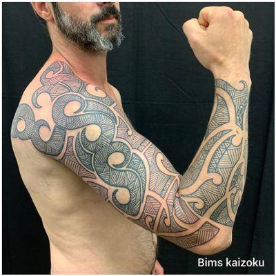 Rattrapage de l'épaule avec un peu le bras et j'ai fait tout le reste en free hand😊 j'adore taffer la ligne !!! J'en et eu pour mon grades 😂😂😂😂 #bims #bimstattoo #bimskaizoku #paris #paname #paristattoo #tatouage #tatouagehomme #maoristyle #maori #pontaudemer #pontaudemertattoo #tatt #tatts #tattoo #tattoos #tattoomodel #tattoostyle #tattooer #tattooed #tattos #tatted #tattooist #tattooartist #tattoolife #tattooart #tattoed #normandie