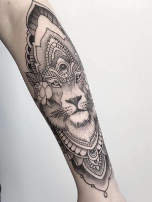 Lion.#tattooo #blackwork #linework #dotwork #geometrictattoos #marconobreart