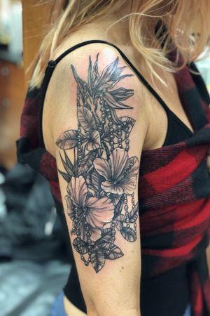 Tropical florals and pearls #gildedfoxgallery #darkhorsebailey #villainarts #tattoomagazine #darkartists #ipadprotattooteam #kingpintattoosupply #ornamentaltattoo #tattooartistmagazine #ladytattooers #inkedmag #electrumstencilprimer #hivecaps #bishoprotary #finelinetattoo #flowertattoo #247inkmag #bishoprotary #inkeeze #visiblewomen #mixedmediaart #nycartgallery #longislandartist #nyink #Artnouveau #blackandgrey #blackandgreytattoo #flower #flowers #flowertattoo
