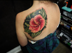I have so many hibiscus reference photos! These use to grow all around my apartment in Queensland, Australia. I love tattooing them, they always feel like summer 😊 What flower reminds you of summer? (Which I think we missed here in Edmonton) This piece was done with sponsorship and products from @fusion_ink @ohanaorganics @neotatmachines @electrumstencilproducts @heliostattoo @mdwipeoutz @blackworkgloves @tattoodo