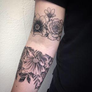 #photooftheday #tattoooftheday #tattoo #tatouage #flowers #flowertattoo #petitspoints #dot #dotwork #dotworktattoo #dottattoo #dotworker #stippling #stippletattoo #sleevetattoo #lausanne #lausannetattoo #tattoolausanne #fann_ink