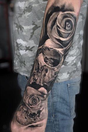 -HEALED- Hand + ext forearm done in a day session #skull #skulltattoo #roses #roses #rosetattoo #flower #flowertattoo #blackandgrey #blackandgreytattoo #realism #realistic #realistictattoos #portrait #portraittattoo #oldlondonroadtattoos #simonecamilloni #london #londontattoo #londontattooconvention #uktta #Tattoodo #ink #inked #tattooartist #tattooart