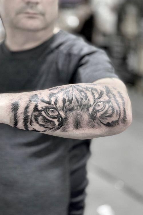 🐅 👀 #tattoo#tattoogallery#tattooinsta#inkmag#tattooer#darktattoos#tattoomodel#tattooartist#realistictattoo#blackandwhite#instatattoos#italiantattoo#tattoopage#tattoolife#bedford#onlysolidtattoo
