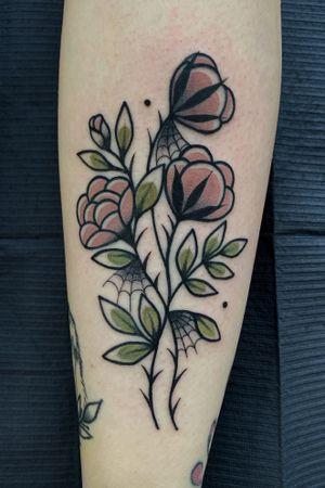 Flower 🖤 #traditionaltattoos #traditionalflower #tradtattoos #roses #flowers #flowerstattoo