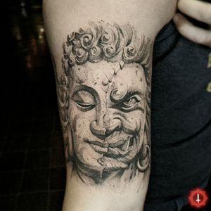 Esta es una pieza especial para mi (artísticamente hablando), porque me he especializado en trabajar y perfeccionar mis líneas y trazos... entré en una zona de confort y no había pensado en querer hacer algo como esto. Estoy muy feliz y orgulloso de este tatuaje, porque intenté algo nuevo y el resultado me dejó muy satisfecho. Quiero agradecer a @miguelnavarreteb por confiarme este proyecto. 😌🙌🏼 N°945 👼🏻 Humble/Perversity 👹 #tattoo #tattooed #ink #inked #boyswithtattoos #buddha #buddhatattoo #halfandhalf #demon #demontattoo #balanca #goodandevil #blackwork #blackworktattoo 🏠 Made in @ensamble01 #somosensamble 🛠️ Made with @fkirons #fkirons #spektrahalo2 @eztattooing #ezcartidges @dynamiccolor #dynamiccolorco #dynamicink @boycottproducts #boycottproducts