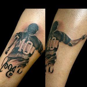 Uno de recien.. #tattoo #inked #ink #blackandgrey #bkackandgreytattoo #roman #futbol #footballtattoo #tatuajesdefutbol #romanriquelme #luchotattoo #luchotattooer #pergamino