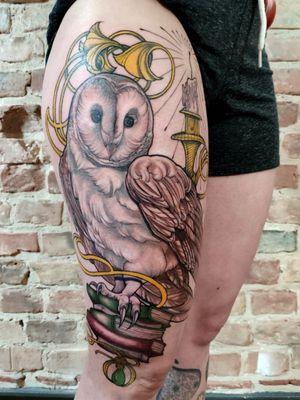 Barn owl #berlinink #berlintattoo #berlin #owltattoos #neotraditionaltattoos #artnouveuatattoos #IllustrativeTattoo #legtattoo #colortattoo #newschooltattoo #newtraditional
