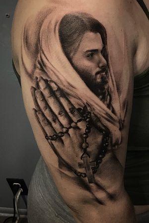 #religioustattoo #jesus #portrait #realism #rosary #prayinghands #prayer #christiantattoo #jesusportrait #realismportrait #hands