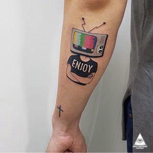 Mais uma tatuagem feita no brother @rafaelpessina Dessa vez o amor pela profissão foi estampada na pele. Orçamento e Informações: (11)9.9377-6985 . . . . . . #ericskavinsktattoo #colortattoos #tatuagemcolorida #enjoy #televisão #television #tv #redetv #centrocomercialalphaville #alphavilleearredores #alphavilleeregião #revistaveroalphaville #diversao #tatuador #tatuagem #tattoo