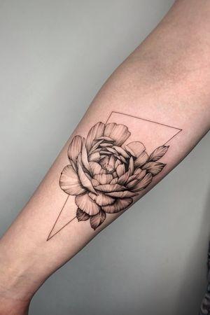 Freehand / bishoprotary / 3rl 0.25 #tattoo #tattoos #ink #blackworktattoo #blackwork #theartoftattoos #darkartists #flowertattoo #tattooartist #blkttt #lovettt #inktattoo #tttism #tattoomoscow #blxckink #taot #tattoospb #tattoodo #blacktattoo #btattooing
