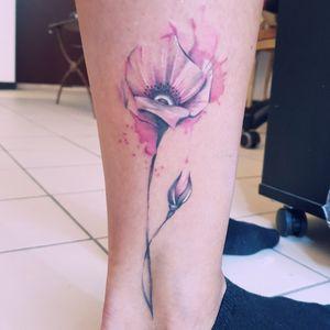 #watercolor #pinkandgrey #blackandpink #poppy #leg #brussels #bruxelles #femaletattooartist #belgium #pinkwatercolor #flower #flowers #graphic #graffiti #streetart #geekstergang #blondyttoo #small