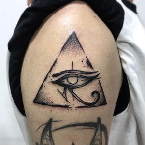 """•Olho de Horus• Feito no brother Victor Marques no flash day aqui na @3efes.bodyart Instagram: @rolemberg_tattoo . """"Dentre seus muitos significados e usos, os mais comuns e genéricos são os de poder e proteção, além da relação com Hórus, o deus dos faraós. É um dos amuletos egípcios mais populares de todos os tempos. Conta a lenda que o Hórus ao reencarnar traria consigo em seu """"novo"""" corpo a marca do olho de Hórus em um dos dedos da mão direita o fazendo ser reconhecido pelos sacerdotes do templo, que levaria em conta outras demais características físicas para reconhecer a veracidade da sua reencarnação,como sinais ou marcas abaixo do peito (tórax) e no pé esquerdo. sinais que representariam marcas da luta de Hórus com Set."""" #blackwork #horus #horuseye #triangle #eye"""