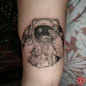 N°964 #tattoo #tattooed #ink #inked #boyswithtattoos #blackwork #blackworktattoo #dotwork #dotworktattoo #spaceman #astronaut #astronauttattoo #stars #earth #moon #bylazlodasilva 🏠 Made in @ensamble01 #somosensamble 🛠️ Made with @boycottproducts #boycottproducts @dynamiccolor #dynamicink #dynamiccolor @fkirons #fkirons #spektrahalo2 @eztattooing #ezcartridges