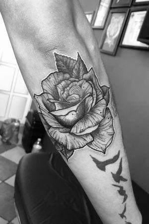 Diseño propio 🌹🖤 Tatuador Mexicano 🇲🇽 #rosetattoo #rose #blackwork #blackworktattoo