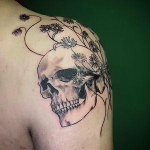 #tattoo #tattoos #shouldertattoo #berlintattooartist #berlintattooists #tattoolove #tattoodo #ink #tatts #instatattoo #instaartist #tttism #tätowierung #berlintattoo #guiartwork #skull #skulltattoo #twinskull #twinskulls #daisyflower #daisyflowertattoo #daisyskull #blackandgrey #tattoolife #darkartists #tattoooftheday #subculturetattoo #berlintattooer #realismtattoo