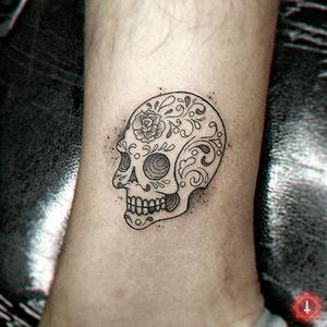 N°971 #tattoo #tattooed #ink #inked #littletattoo #littletattoos #skull #skulltattoo #calaverita #diademuertos #bylazlodasilva 🏠 Made in @ensamble01 #somosensamble Based on another design.