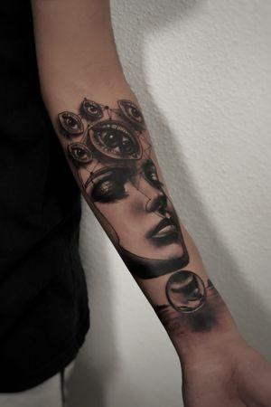 """""""Cierro los ojos y abre tu mente"""" tatuaje en sombra y líneas idea surrealista"""