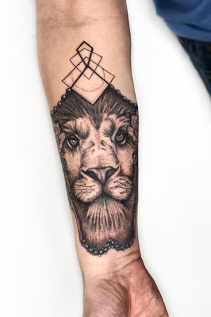 Enjoyed this mixed media forearm piece so much! Thank you for a great session Stephen. Enjoying meeting great clients like this through the TattooDo app #liontattoo #geometrictattoo #rosetattoo #dotworktattoo #armtattoo #londontattoo #londontattooartist