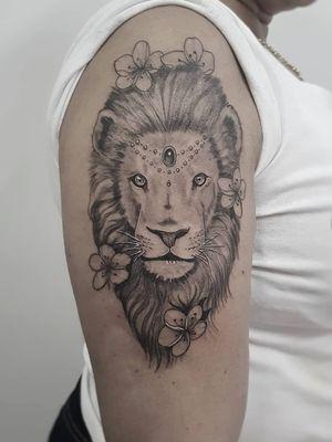 #lion #liontattoo #AnimalTattoo#tatuagemfeminina #tattoo2me #tattooart #instatattoo#tatuajes #flowerstattoo #flowers #womantattoo #tatuagemfeminina #women #flores#flowerstattoo #love