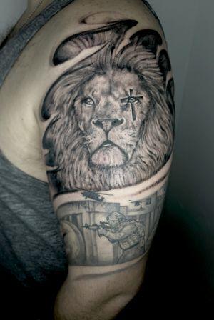 Soberano Rei! . . . Não importa as provações ou riscos que você atravessa no seu dia a dia. Ele está na sua retaguarda! . . . . .🇵🇹Horários disponíveis🇵🇹 . . . . #porto🇵🇹 #tattooporto #newlifetattoopt #portugal #tattoolion #god #EB #infantaria #guarda #life #tattoolife #newlife #inked #tattoo #tatuagem #tattooporto #portotattoo #protecao #tattooblackgrey #blackandwhite #tattooblackandwhite #brasil #infantariabrasil #pauloaraujotattoo #newlifetattooart