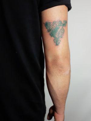 Started the week with this little green cutie 💚 #leafs #leaftattoo #greenleafs #green #alwayssummer #practice #learning #learningtotattoo #everythingpossible #tattoos #tattoolifestyle #tattoonewbie #ink #inked #inkedgirls #daretochange #daretobedifferent #workingheroes #beginnertattooartist #tattooedgirls #tattooworkers #inkstagram #tattoosession #tattoodo #myinkprints2019