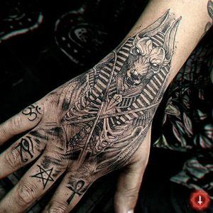 N°979 #tattoo #tattooed #ink #inked #boyswithtattoos #handtattoo #anubis #anubistattoo #blackwork #blackworktattoo #egiptian #egiptiantattoo #bylazlodasilva 🏠 Made in @ensamble01 #somosensamble 🛠️ Made with @boycottproducts #boycottproducts @radiantcolorsink #radiantcolorsink @dynamiccolor #dynamicink #dynamiccolor @fkirons #fkirons #spektrahalo2 @eztattooing #ezcartridges Based on another artist design.