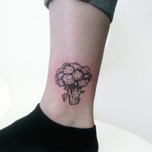 Broccoli tattoo #broccolitattoo #broccoli #botanicalillustration #botanical #linework #etching