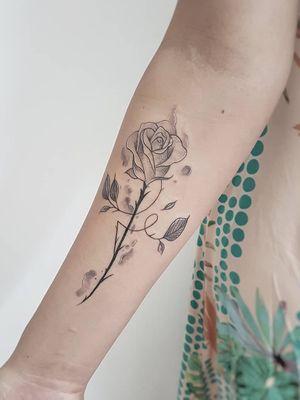 #fé #deusnocomando #minimalismtattoo #crown #rose #womantattoo #Goiania #tatuagemdelicada #peonytattoo #flowerstattoo #flowers #rose #rosestattoo