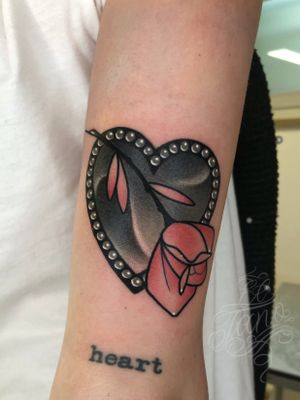 Rose on black heart by El Tano - Newtraditiinal tattoo - IG: @eltanotattoo