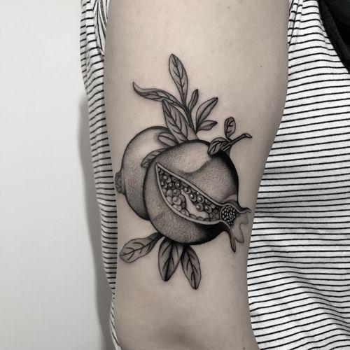 #totemica #tunguska #black #pomegranate #melograno #fruit #food #tattoo #bluebirdtattoo #firenze #italy #blackclaw #blacktattooart #tattoolifemagazine #tattoodo