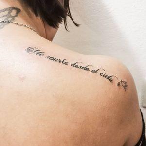 """Me sonríe desde el cielo"" 🕊️ #typetopia #typedrawn #letteringsoul #typematters #goodtype #letteringco #letteringart #letteringlove #typesmash #fontswelove #tattoolettering #letteringtattoo #inktattoo #ink #inked #tattoo #tattooart #tattoofont #cs"