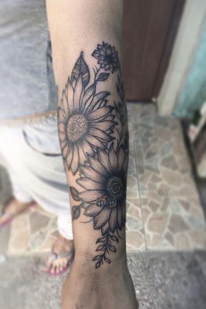 🌻🐝 #tattoo #tattooart #tattoodesing #black #tatuaje #diseñotatuaje #dotwork #blacktattoo #girasoles🌻 #flowertattoo #tattooflower