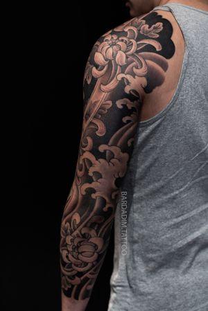 Japanese tattoo. #japanesetattoo #japaneseink #inked #japanesesleeve #koitattoo #koisleeve #asiantattoo #irezumi #wabori #traditionaltattoo #irezumicollective #magicmoonneedles #fitnessmotivation #fitness #tattoovideo #nyctattoo #tattoovideos #ttt #wtt #tttism #tattoo #tattooartist #tattooideas #blackandgreytattoo #colortattoo #tattoodo #tat