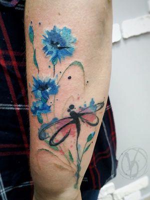 #tattoo #tattooed #tatt #victoriadenske #tattoos #the_tattooed_ukraine #kyivtattoo #kievtattoo #tattooartist #dragonflytattoo #cornflower #ink #inked #watercolortattoo #flowertattoo #wctattoos #inkstinctsubmission #tattoodo #beautiful #bodyart #colortattoo #linework #inkedgirls