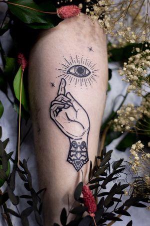 THE SEEING EYE *werbung Eines meiner Wanna do's 🙏🏻 Vielen Dank für dein Vertrauen ✨ @oldoak.tattoo.atelier Schreib mir für Termine via Instagram oder eine Mail an tattoo@fvcksin.de 🖤 . . #tattoo #ink #buddhashand #linework #sacredtattoo #sacredsymbols #ornamentaltattoo #eyetattoo #tattookassel #kasseltattoo #ornamentalkassel #thicklines #casselfornia #kaufungen #lohfelden #oldoaktattooatelier