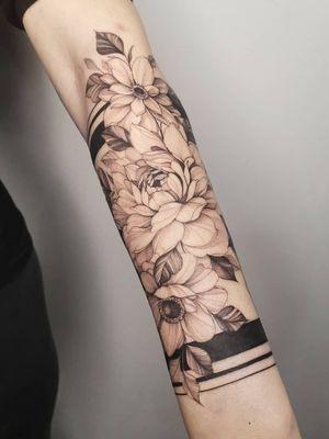 #flowers #flowertattoo #peonytattoo #girlytattoo #girl #blxck #blackworkerssubmission #tatuagens #tattoos #flash #inkwell