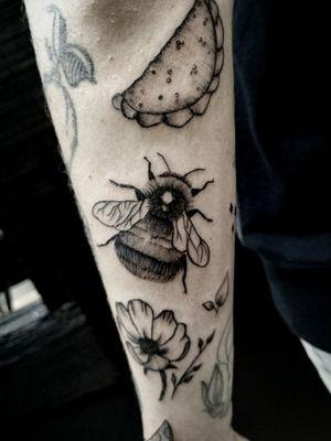 #bee #abejatattoo #beetattoo #minimaltattoo #colombiantattooers