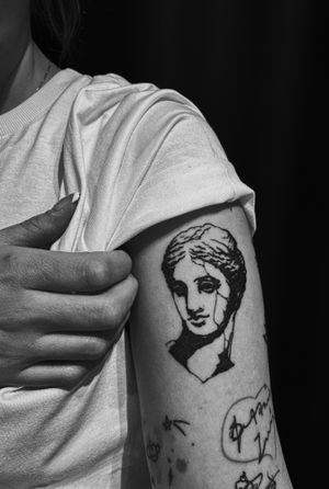 Venus  #tattoo #ancientgreek #SculptureTattoo #sculpture #lines #ancient #venus #aphrodite #busto #bustotattoo #blackwork #minimal #minimaltattoo #minimalistic #art #tattooart #arte #greece #bishoprotary #stattoo #mythology #ig_greece #thesaloniki