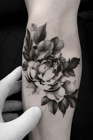 #tattoodesign #tattooflash #tattoodo #tattoos #blackwork #tattooidea #detailed #detail #singleneedle #floral #flower #peony  #contemporary #portrait #blackansgrey #blackwork #dotwork #leafs