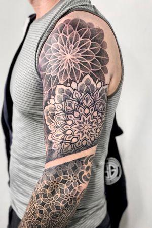 Не только шрамы красят мужчину, но и хорошая татуировка. А что такое «хорошая татуировка»?🤔 ⠀ 🙋🏻♀️Хорошей татуировка, на мой взгляд, становится не только когда мастер выполнил ее качественно с точки зрения техники, но и когда она идеально «села» на тело человека. ❗️Именно поэтому для выполнения особенно больших работ нужна личная консультация. 🔺На ней мы обсудим будущую работу, я смогу сфотографировать вас, чтобы подготовить эскиз непосредственно под ваше тело. ⠀ 📢В январе еще есть несколько свободных дат! Пишите в директ! ⠀ #орнам